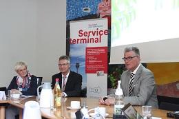 v.l.n.r: Mona Wolke (Amt für Einwohnerwesen), Harald Wehle (Leiter Einwohnermeldeamt), Prof. Dr. Andreas Meyer-Falcke (Beigeordneter für den Bürgerservice)