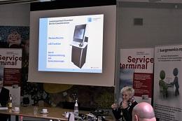 Mona Wolke (Amt für Einwohnerwesen) erläutert die Werbeoffensive zur eID-Funktion