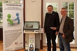 Kleiner Schlüssel mit großer Bedeutung - Herr Philipeit von der Firma SiXFORM (rechts im Bild) überreicht den Schlüssel für das erste EU-Bürgerterminal für Studenten an Prof. Dr. Strack von der Hochschule Harz.