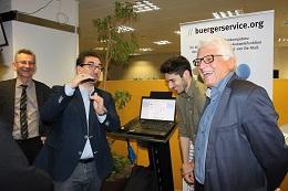 MDL Guido Deus (Mitte) im Gespräch mit Rudolf Philipeit (Links), Eyup Mengulogu (Junge Union Bonn) und Günter Weick (Rechts). FOTO: buergerservice.org