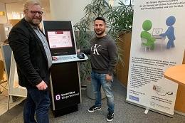 In Dortmund steht Digital-Coach Jörg Wrana am Terminal, hier wird ein Azubi der Stadt Dortmund für den Einsatz am Terminal fit gemacht. Foto: buergerservice.org