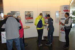 An einem Infostand mit Bürgerterminal werden im Bürgeramt in Ingolstadt neue Dienste mit Online-Ausweisfunktion an die Bürgerinnen und Bürger herangetragen.