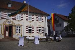 vor dem Rathaus in Eglofs: letzte Vorbereitungen vor dem Eintreffen der Bürgerinnen und Bürger