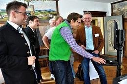 erste Erlebnisse am Bürgerterminal, v.l.n.r.: Andre Rauch (Vorsitzender Rathaus Eglofs e.V.), Roland Sauter (Bürgermeister von Argenbühl), Markus Reichart (Bürgermeister von Heimenkirch), Rudolf Philipeit (Vorsitzender buergerservice.org e.V.)