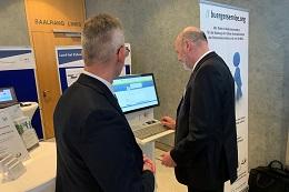 Herr Batt (BMI) testet die spontane Rentenauskunft bei der Deutschen Rente Bund