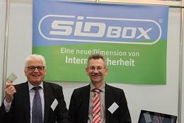 Günter Weick (Ehrenamtlicher Berater) und Rudolf Philipeit (Vorstandsvorsitzender buergerservice.org) freuen sich über den großen Erfolg des CeBIT-Auftritts (Bild: buergerservice.org).