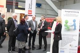eine Delegation vom Bayerischen Landtag am Stand von buergerervice.org (Bild: buergerservice.org).