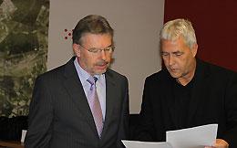 Foto: Paul Streng  (stellvertr. Landrat Landkreis Kitzingen) und Thomas Langhojer (Ltr. IT Landratsamt Kitzingen) im Gespräch