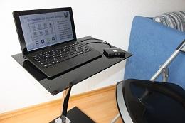 Foto: Die SID-Box an einem Trekstor-SurfTab twin 11.6 WiFi / Volks-Tablet. Der schicke Laptoptisch aus Glas und Metall konnte bei Jago für ca. 30 Euro erworben werden (www.jago24.de)