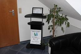 Foto: Die SID-Box an einem Trekstor-SurfTab twin 11.6 WiFi / Volks-Tablet. Der fahrbare Computertisch konnte bei Jago für 32,85 Euro erworben werden (www.jago24.de)