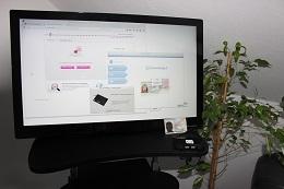Foto: Die SID-Box an einem 27 Zoll Touchscreen. Auf der Rückseite des Touchscreen ist mit Hilfe einer Vesa-Halterung ein ZOTAC Mini-PC mit 4GB Arbeitsspeicher montiert.